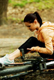 受伤的妇女falled bicyle 免版税库存照片