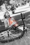 受伤的骑自行车者的被突出的骨头 库存照片