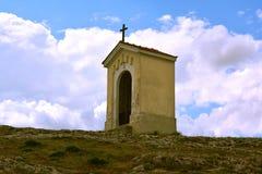 受难象,小山的教堂 免版税库存照片