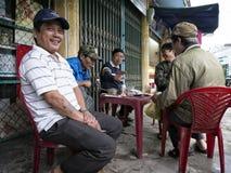 变冷在一个街道货摊的小组朋友在越南 免版税图库摄影