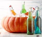 变冷在南瓜冰桶的饮料 库存图片