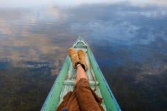 变冷在小船的发怒腿 免版税库存图片