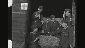 变冷在火车无盖货车的德国医务人员士兵