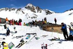 变冷在阳光下在滑雪以后 库存照片