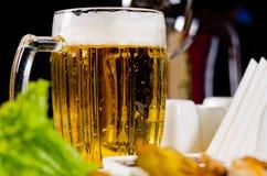 变冷的啤酒大啤酒杯与一个泡沫的头的 免版税库存照片