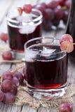 变冷的红葡萄汁 免版税库存图片