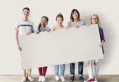 变化举行委员会概念的学生朋友 免版税图库摄影