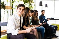 变化人连接浏览概念的数字式设备 朋友 在第一个人的焦点 免版税库存照片