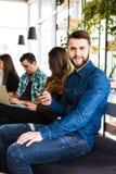 变化人连接浏览概念的数字式设备 朋友 在第一个有胡子的微笑人的焦点 免版税库存图片