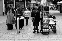 变化在英国,两走在耶和华` s机智旁边的Muslimas 库存照片