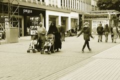变化在英国,两Muslimas与他们的摇篮车的孩子 免版税库存照片