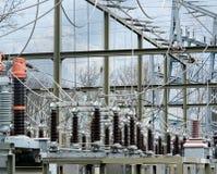 变压器和输送管道细节视图在一个电力驻地 库存照片