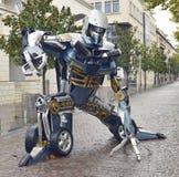 变压器机器人估量了废金属雕塑启发的巨人 免版税库存图片