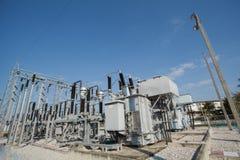 变压器驻地和高压电杆 库存照片