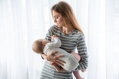 变安静她的婴孩的有同情心的母亲睡觉 库存照片