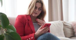 变得的妇女生气,当观看在手机时的媒介内容 股票录像
