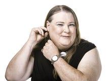 变性妇女调整和耳环特写镜头  库存照片