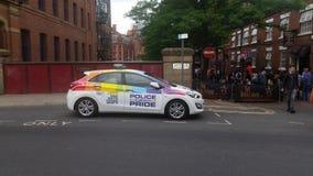 变性自豪感的警察保护的参加者 免版税图库摄影