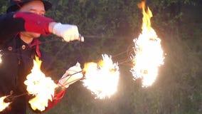 变戏法者在一个森林里打与火的两个金属爱好者并且得到闪闪发光在slo mo 影视素材