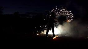 变戏法者在晚上点燃孟加拉光闪烁发光物深深在Slo Mo 他们看起来不可思议 影视素材