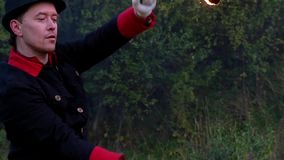 变戏法者转动两个金属爱好者与火焰在他自己附近在slo mo 它是不可思议的 股票录像
