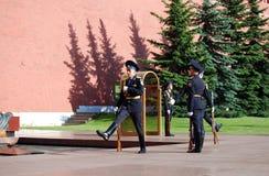 变成在无名英雄墓的卫兵在Aleksandrovsk庭院 莫斯科 免版税库存图片