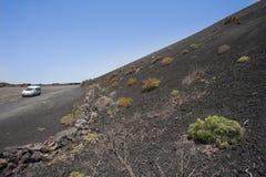 变成灰烬汽车火山山的路 库存图片