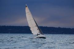 变暗的天空,风大浪急的海面,朝向为家 免版税图库摄影