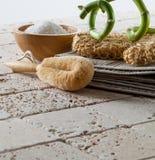 变柔和的关心的概念与身体刷子和腌制槽用食盐的 库存图片