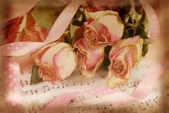 变粉红色在老便条纸的干玫瑰在葡萄酒样式 免版税库存照片
