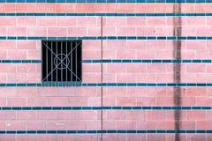 变粉红色有肮脏的水污点和金属禁止的windo的铺磁砖的墙壁 免版税图库摄影