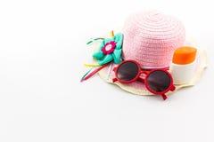 变粉红色有身体化妆水和红色太阳镜的被编织的帽子 免版税库存照片