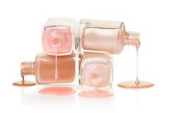 变粉红色溢出的指甲油 库存照片