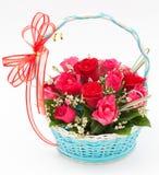 变粉红色玫瑰色在篮子 免版税库存照片