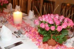 变粉红色玫瑰色设置表 库存图片
