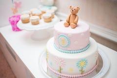 变粉红色第一年生日蛋糕 免版税库存照片