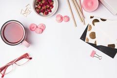 变粉红色色的对象、清凉茶和干燥玫瑰在白色backgrou 免版税库存图片