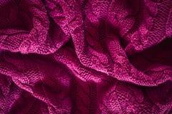 变粉红色被编织的毛线衣纹理背景,被弄皱的毛线衣 库存图片