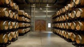 变老加伯奈葡萄酒的酒桶地窖  免版税库存照片