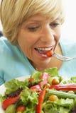 变老吃健康中间沙拉妇女 库存照片