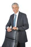 变老在生意人椅子之后他的中间身分 免版税库存图片