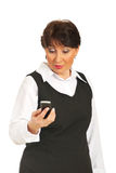 变老拿着中间电话惊奇的妇女 免版税库存照片