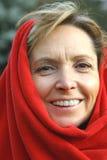 变老的中间微笑的妇女 免版税库存照片
