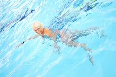 变老的中间游泳妇女 图库摄影