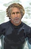 变老的中间冲浪者 库存图片