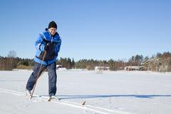 变老的人中间滑雪 免版税库存照片