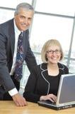 变老的企业中间办公室设置小组 免版税库存图片