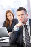 变老的会议室生意人中间名纵向 免版税图库摄影