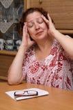 变老的哭泣的中间老妇人 库存照片