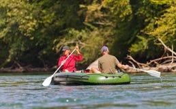 变老的夫妇中间用筏子运送 免版税库存照片